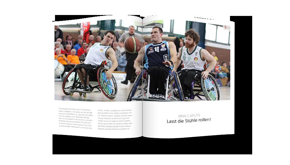 Zeitschrift mit abgebildeter Spielszene eines Rollstuhl-Basketball-Spiels der Jena Caputs